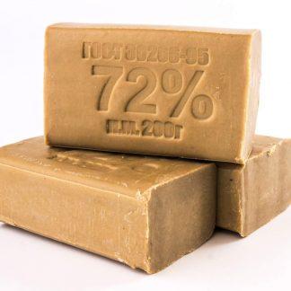 Натуральное кусковое твердое мыло изготавливается путем омыления растительных масел и животных жиров каустиком — натриевой щелочью. В качестве исходных масел используют пальмовое, пальмоядровое и кокосовое.